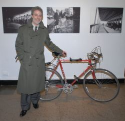 Jonathan Kuhn with a vintage Fuji, pictured here in front of an Alice Austen photograph of a bike messenger