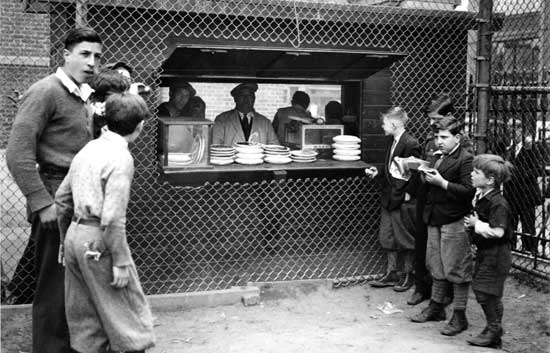 Lunchstand, Hudson (now J.J. Walker) Park, Manhattan, May 17, 1934, Alajos Schuszler/New York City Parks Photo Archive