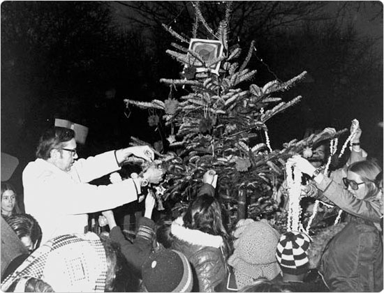 A crowd decorates a New York City Christmas tree in 1971. Courtesy of Parks Photo Archive.