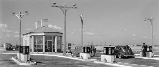 Gas  Station, Belt Parkway, Brooklyn, August 13, 1940, Rodney McCay Morgan/New York  City Parks Photo Archive