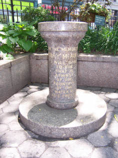 Drinking fountain fitted to the top of a circlar shaft resting on a circular-step base