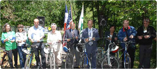Officials, including Parks Commissioner Adrian Benepe, cut the ribbon on the Bronx River bike path in Bronx Park, May 28, 2008. Photo by Daniel Avila.