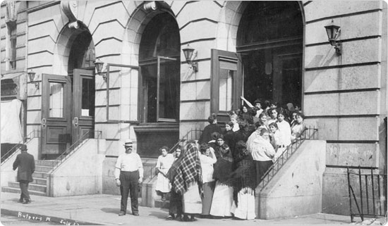Women line up at the Rutgers Place free public bath, July 27, 1912.