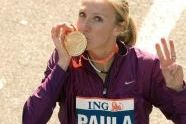 Paula Radcliffe kisses her medal