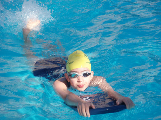 How can I Help my Child Learn to Swim? (with pictures)